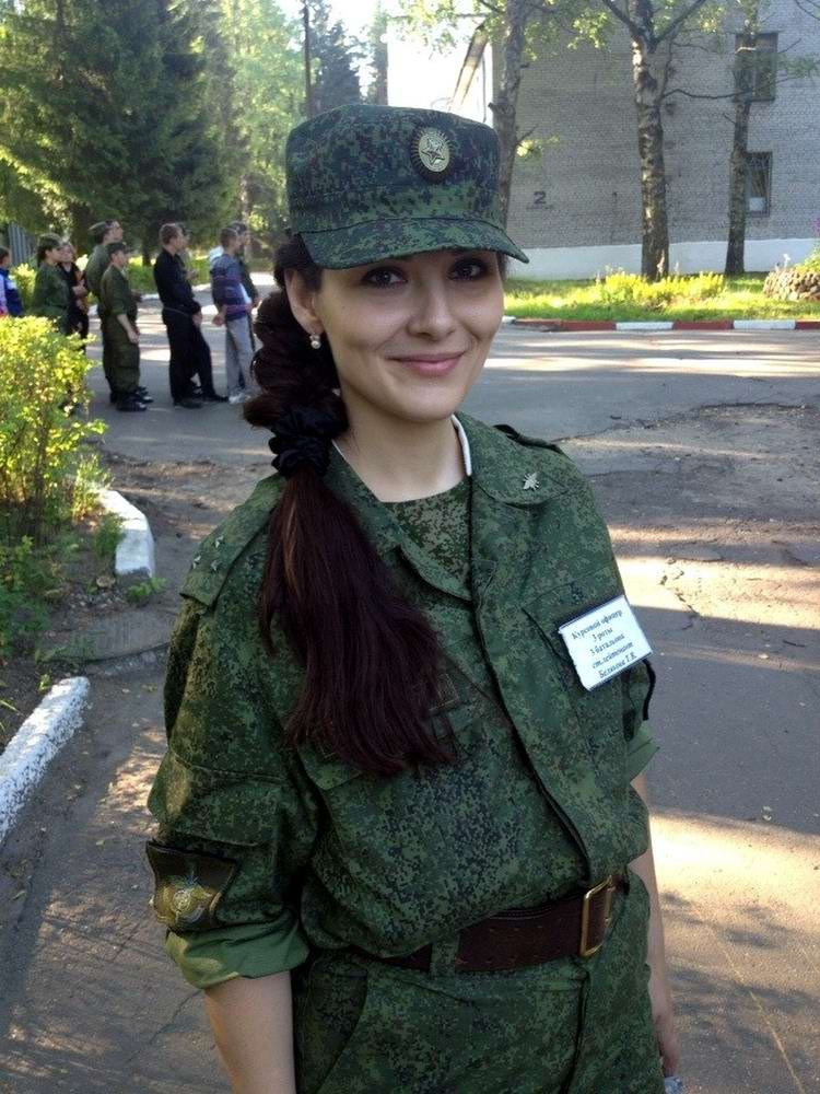 Красивые сексуальные девушки в военной форме
