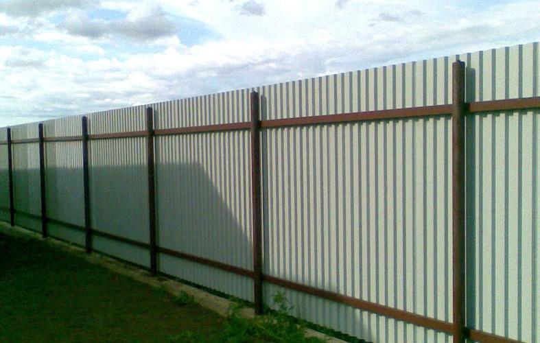 Почему забор ставят лицевой стороной к соседу