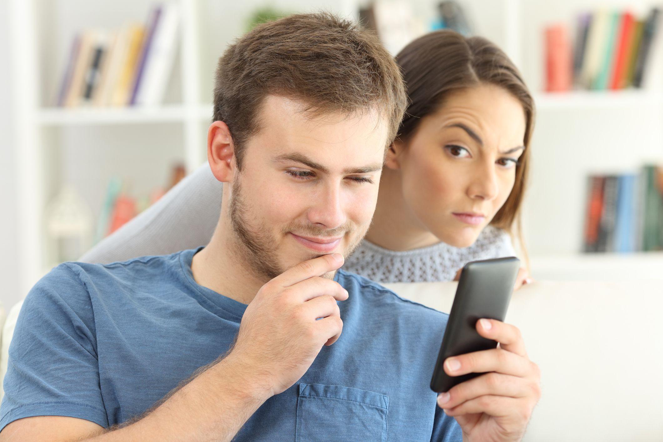 Как понять, что партнер страдает от чрезмерного контроля